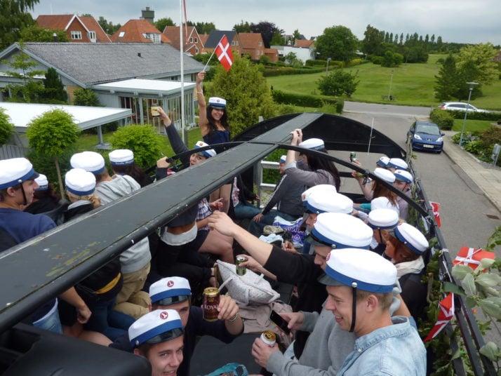 studenterne fester max igennem i vognen