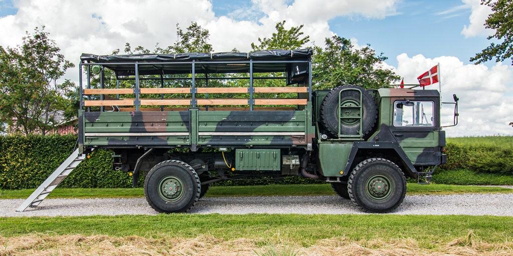 Militærlastbil med camouflage til studenterkørsel