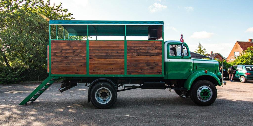 Klassisk veteranlastbil til studenterkørsel